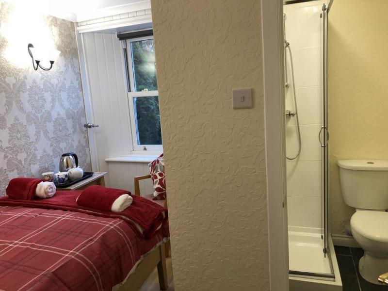 castle-walk-BB-Small-double-room-ensuite-bathroom-garden-view-6